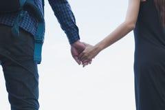 jeunes couples heureux tenant la main ami et amie de plain-pied Images stock