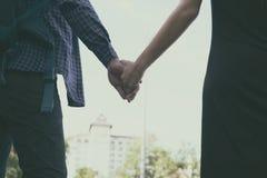 jeunes couples heureux tenant la main ami et amie de plain-pied Photos stock