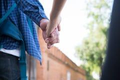 jeunes couples heureux tenant la main ami et amie de plain-pied Photos libres de droits