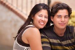 Jeunes couples hispaniques attrayants au parc Photographie stock libre de droits