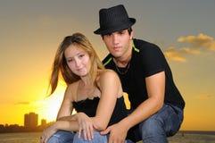 Jeunes couples hispaniques au coucher du soleil Photo libre de droits