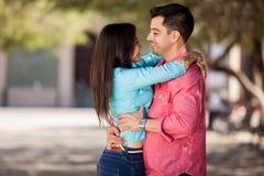 Jeunes couples hispaniques dans l'amour Photographie stock libre de droits