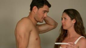 Jeunes couples inquiétés découvrant des résultats d'un essai de grossesse banque de vidéos