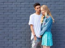 Jeunes couples interraciaux dans l'amour extérieur Portrait extérieur sensuel renversant de jeunes couples élégants de mode posan Photo libre de droits
