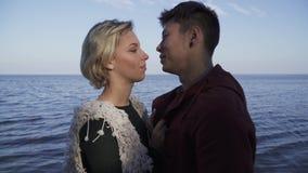 Jeunes couples interraciaux de baiser ethniques multi dehors Type asiatique et fille caucasienne une date Bel interracial banque de vidéos