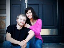 Jeunes couples interraciaux se reposant sur des étapes avant Images stock