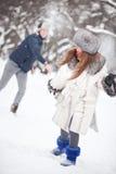 Jeunes couples jouant à l'extérieur Images stock