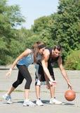 Jeunes couples jouant au basket-ball Image stock