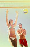 Jeunes couples jouant au volleyball Image stock