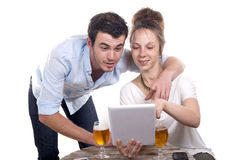 Jeunes couples jouant avec un comprimé numérique photographie stock