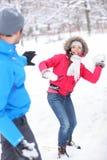 Jeunes couples jouant dans la neige Image stock