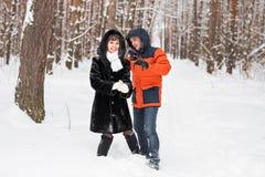 Jeunes couples jouant dans la neige, ayant le combat de boule de neige Photo libre de droits