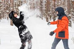 Jeunes couples jouant dans la neige, ayant le combat de boule de neige Photographie stock libre de droits