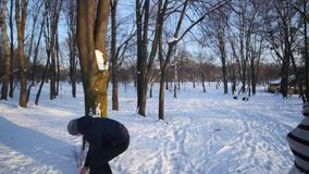 Jeunes couples jouant dehors dans la neige banque de vidéos