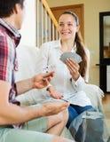 Jeunes couples jouant des cartes Photo stock