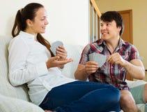 Jeunes couples jouant des cartes Photos stock