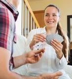 Jeunes couples jouant des cartes Images stock