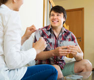 Jeunes couples jouant des cartes Photo libre de droits