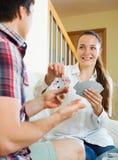 Jeunes couples jouant des cartes Photographie stock