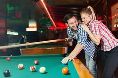 Jeunes couples jouant ensemble la piscine dans la barre Photos libres de droits