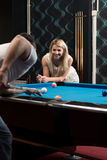 Jeunes couples jouant la piscine ensemble Images libres de droits