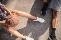 Jeunes couples jouant le basket-ball sur une cour de regard urbaine d'asphalte Photographie stock libre de droits