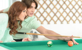 Jeunes couples jouant le billard Photographie stock