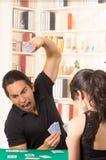 Jeunes couples jouant le cuarenta de cartes Photographie stock libre de droits