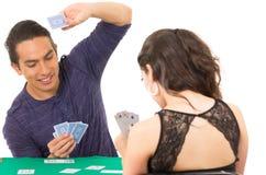Jeunes couples jouant le cuarenta de cartes Photo stock