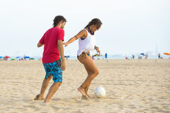 Jeunes couples jouant le football photos libres de droits