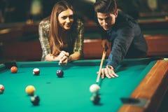 Jeunes couples jouant le regroupement photographie stock