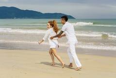 Jeunes couples jouant les uns avec les autres à la plage de la Chine Images libres de droits