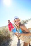 Jeunes couples joyeux allant à la plage image stock