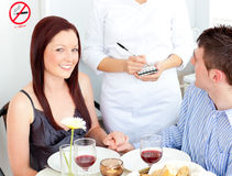 Jeunes couples joyeux dinant au restaurant Photos stock
