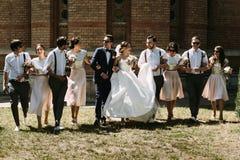 Jeunes couples joyeux et leurs amis élégants Image stock