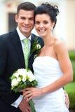 Jeunes couples juste mariés Image stock