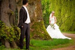 Jeunes couples juste mariés Photo libre de droits
