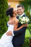 Jeunes couples juste mariés Images stock