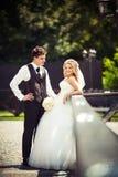 Jeunes couples juste mariés Image libre de droits