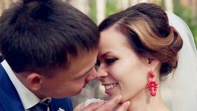 Jeunes couples, juste mariés dans l'amour stading regardant l'un l'autre clips vidéos