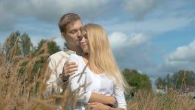 Jeunes couples la date dans le domaine de blé banque de vidéos