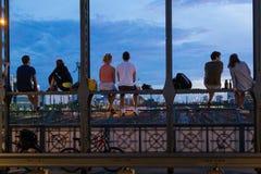 Jeunes couples la date romantique sur le pont de chemin de fer urbain, Munich, Allemagne Image libre de droits