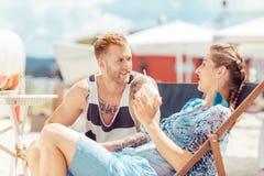 Jeunes couples ? la plage photo stock