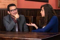 Jeunes couples latins dans un restaurant Photo libre de droits
