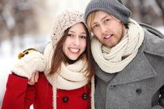 Jeunes couples le jour de l'hiver Photographie stock