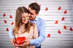 Jeunes couples le jour du ` s de valentine images libres de droits