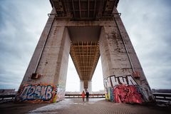 Jeunes couples le soir sous le pont Photographie stock libre de droits