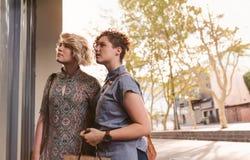 Jeunes couples lesbiens de sourire appréciant un jour faisant des emplettes ensemble Photos libres de droits