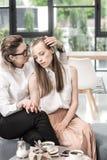 Jeunes couples lesbiens se reposant ensemble et café potable Image libre de droits