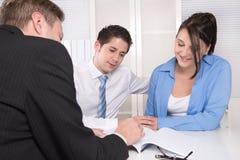 Jeunes couples lors d'une réunion - assurance ou banque Photographie stock